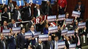 Diputados de la oposiciónmuestran carteles de protesta durante la ceremonia de investidura presidencial deAndrés Manuel Lopez Obrador, el 1 de diciembre en México.