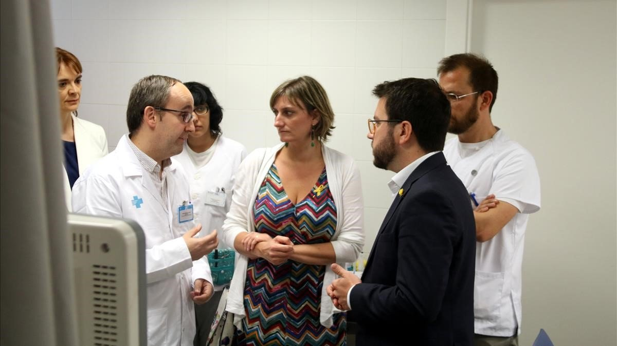 La 'consellera' Alba Vergés y el 'vicepresident' Pere Aragonès este jueves en el CUAP Sant Martí de Provençals, en Barcelona.