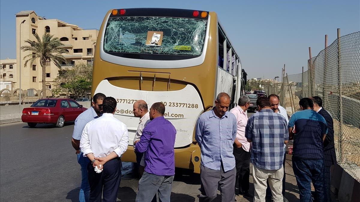 El bus donde ha ocurrido la explosión cerca de un museo en construcción al lado de las pirámides de Giza en El Cairo (Egipto).
