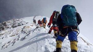 Congestión en la subida al Everest por la cara sur, el pasado 16 de mayo.
