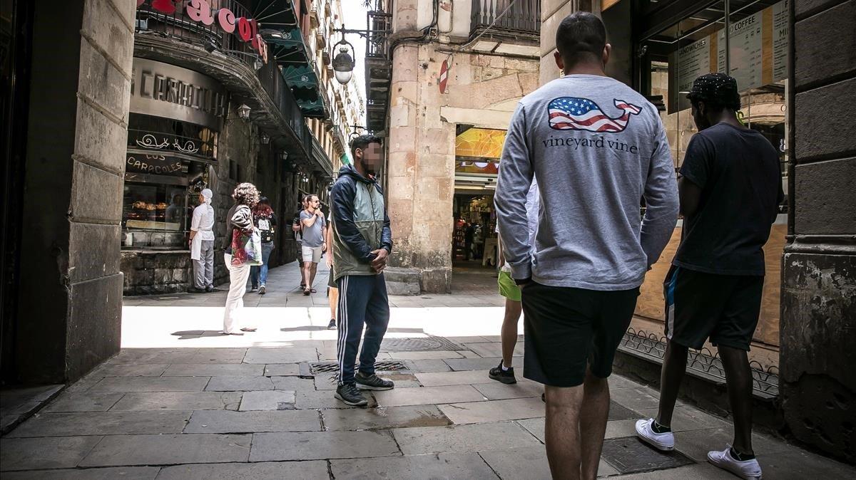 Un puntero trata de captar turistas para vender drogas en el Gòtic.