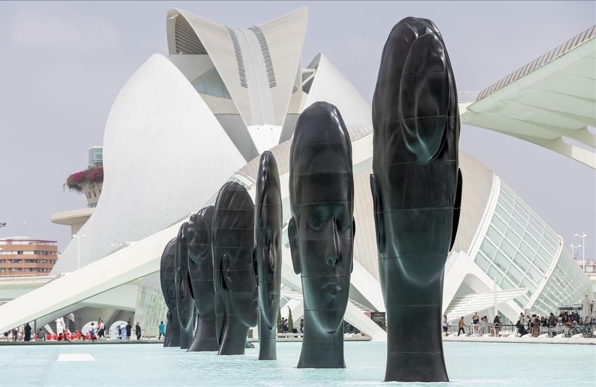 La Ciudad de las Artes y las Ciencias de Valencia acoge la exposición de siete esculturas de siete metros de altura elaboradas con hierro fundido por el artista barcelonés Jaume Plensa.