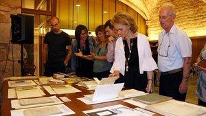 La 'consellera' Vilallonga, ante el fondo de la editorial Barcino que entra en la Biblioteca de Catalunya.