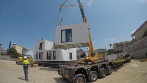 Una grúa traslada uno de los módulos de una de las promociones de viviendas industrializadas de AEDAS Homes.