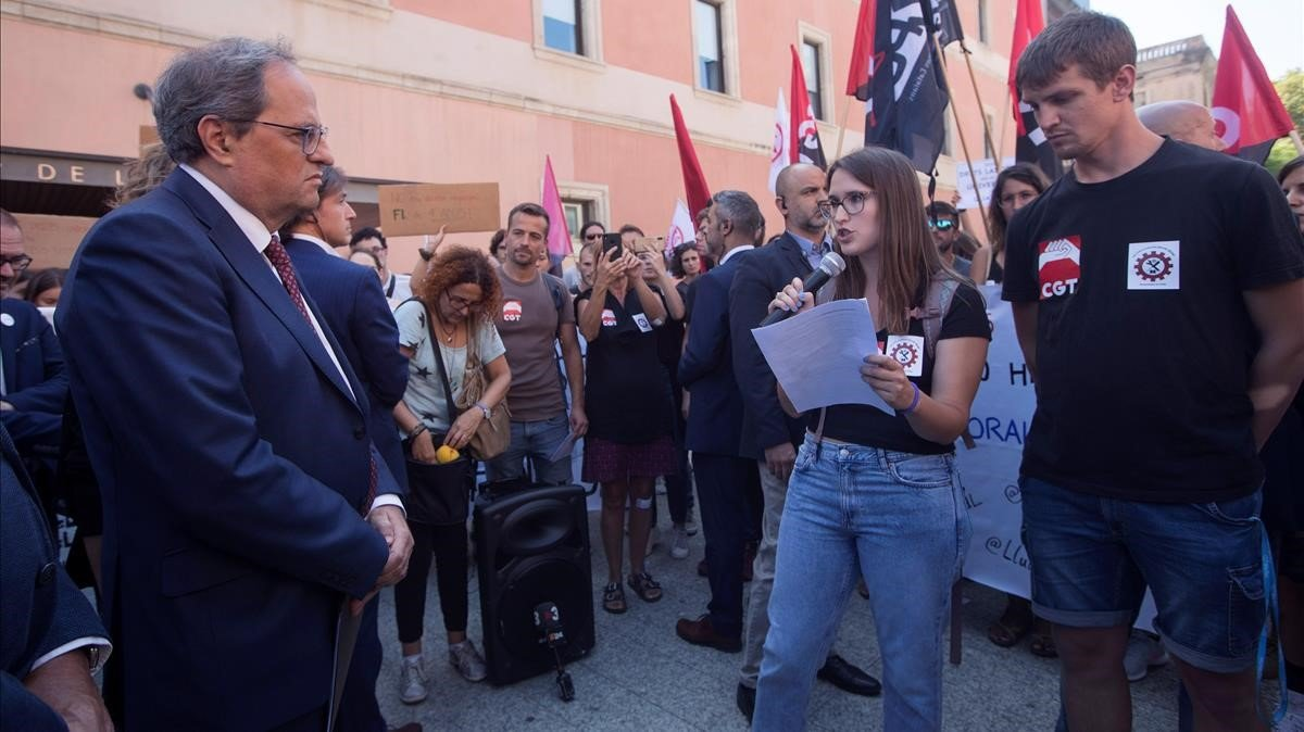 El presidente de la Generalitat, Quim Torra, escuchando las reinvindicaciones de los doctorandos, en Septiembre de 2019en la UPF.