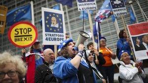 Un grupo de manifestantes protesta frente ala sede de la Comisión Europea en Bruselas