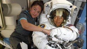 Christina Koch, a la derecha, y Jessica Meir, con traje de astronauta, en la estación espacial internacional, esta semana.