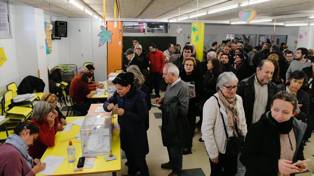 Colas para votar en Barcelona, en la escuela Auro.