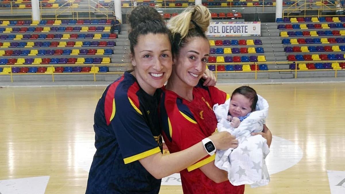 Jessica Alonso deja a su hijo Martín en brazos de Nerea Pena.