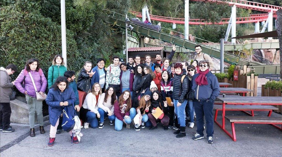Salida al Tibidabo de miembros de Ludàlia acompañados por jóvenes Erasmus.