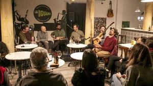 Discofórum en el bar La Iguana, con los miembros del grupoSeward.
