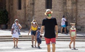 Paseantes con mascarilla por las calles del centro de Valencia.
