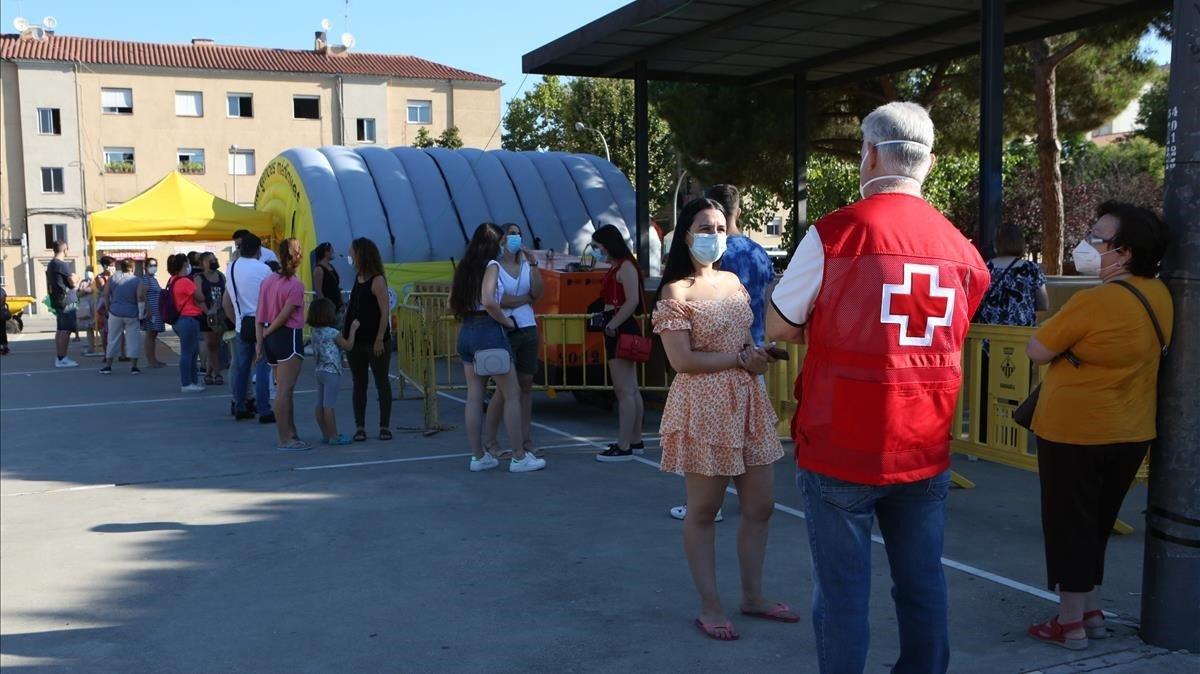 Colas de voluntarios en Sabadell para realizarse las pruebas de PCR.