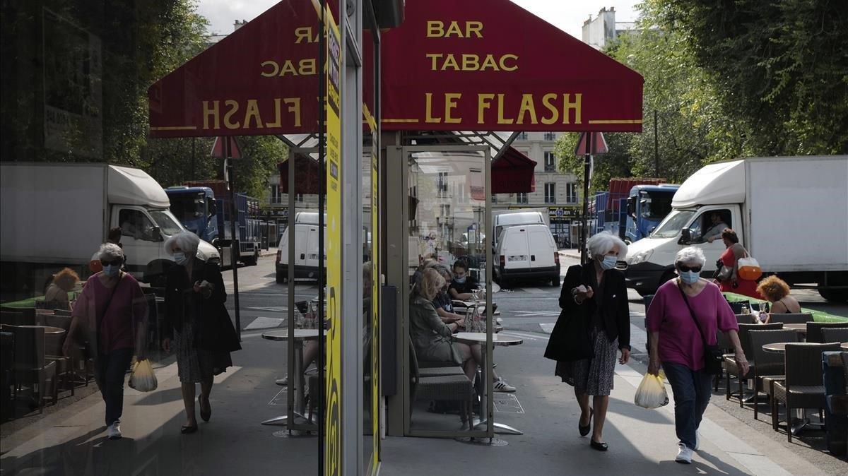 Dos mujeres con mascarilla pasean por el centro de París, este viernes.