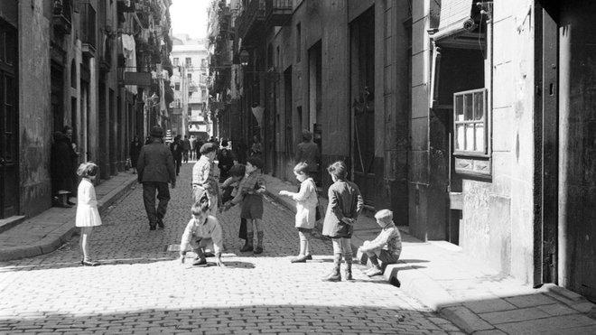 Niños jugando en la calle, 1932.