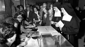 Unas monjas votan en un colegio electoral, el 15 de junio de 1977.