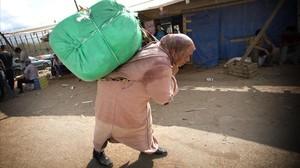 jgblanco14840623 mujeres porteadoras trafican con bultos de hasta 5o kg en la170424132200