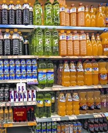 Estanterias con bebidas azucaradas, en un supermercado de Barcelona.