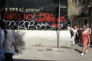 TURISMOFOBIA Pintada contra el turismo en la calle de Torrijos, en Gràcia.