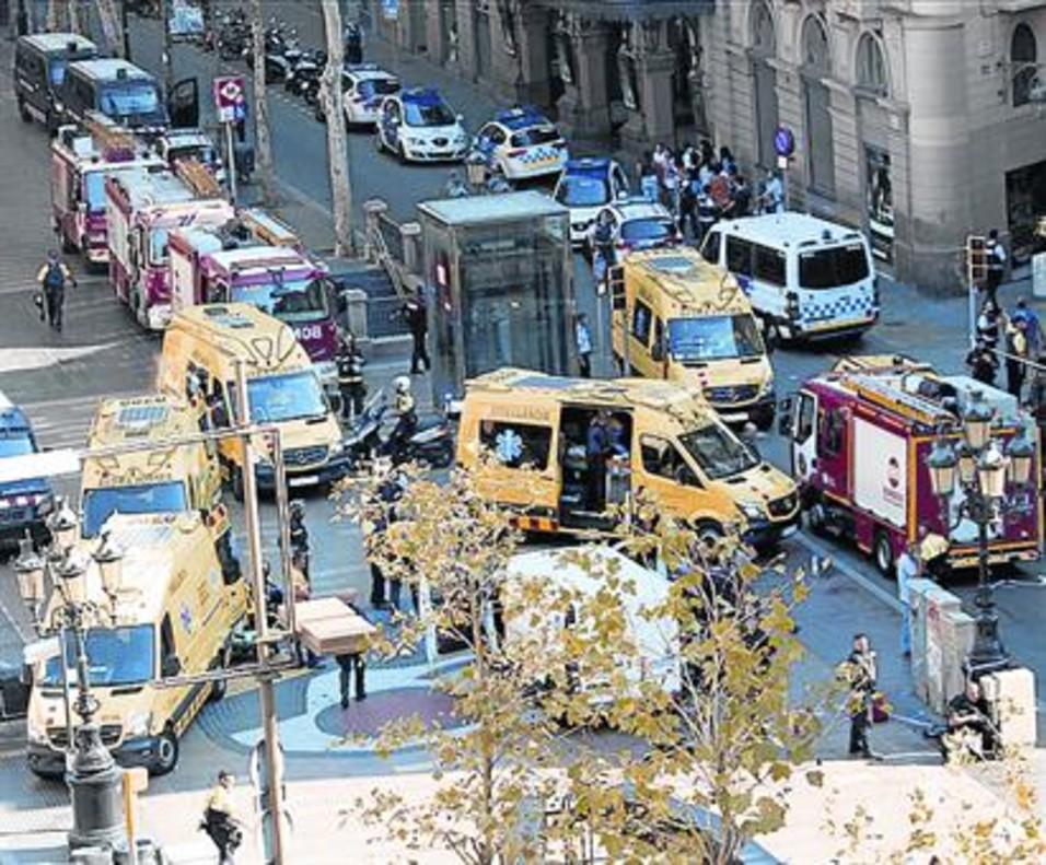 Servicios de emergencias en la Rambla, el pasado jueves.