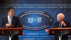 El ministro de Exteriores de Macedonia, Nikola Dimitrov, y el mediador de la ONU, Matthew Nimetz, en una rueda de prensa en Skopje