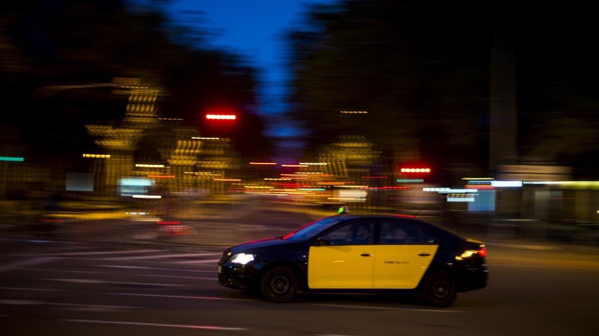 Un taxi circulando por las calles de Barcelona.