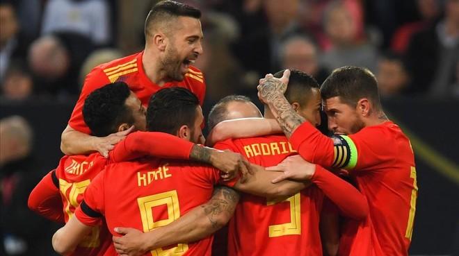 Los jugadores españoles abrazan a Rodrigo tras marcar el gol.