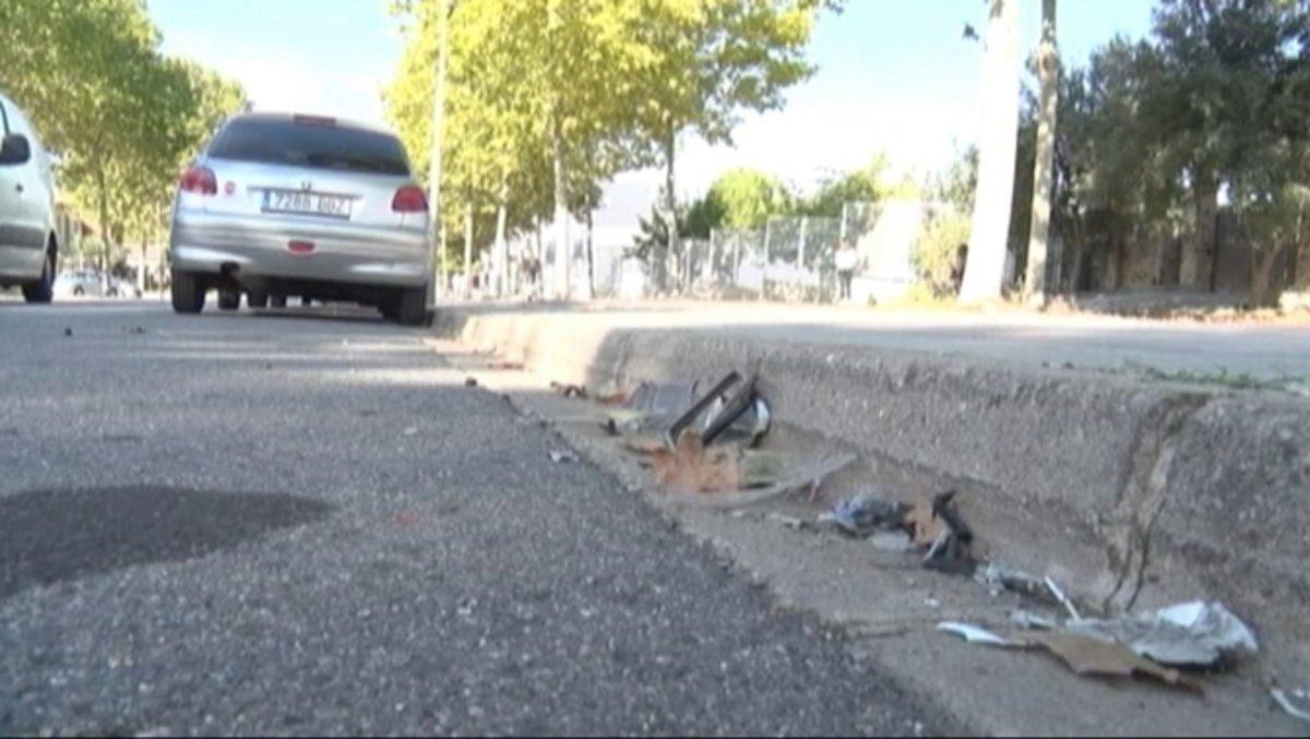 Restos del accidente en que una joven ha resultado herida.