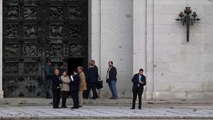 Los ejecutivos de Patrimonio Nacional y de Presidencia del Gobierno, en la puerta trasera de la basílica del Valle de los Caídos el pasado martes, antes de comenzar su visita.