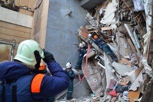 Miembros de los servicios de rescate rusos retiran escombros de un edificio derrumbado en la ciudad de Magnitogorsken la region de los UralesRusiaEFEMinisterio de Situaciones de Emergencia