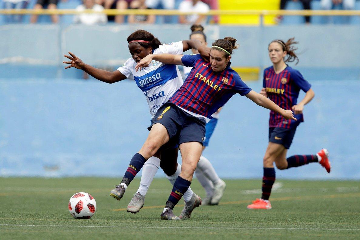 La jugadora del Barça femenino Mariona Caldenety (c) disputa un balón en el último partido del equipo.