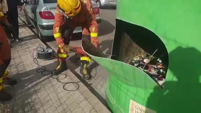 Els bombers rescaten tres gats nounats d'un contenidor de vidre a València