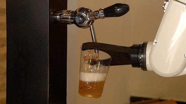 Un bar de Sevilla incorpora un braç robòtic per servir cerveses