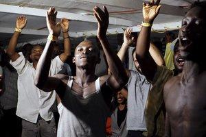 Inmigrantes en el 'Open Arms' celebran el desembarco.