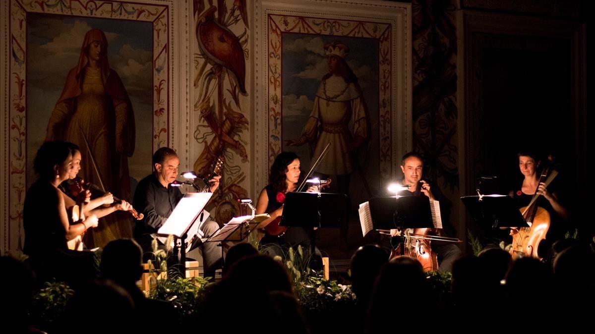 La Accademia Ottoboni interpreta Musica notturna delle strade diMadrid, de Boccherini, en la Sala Española del castillo Ambras, en Innsbruck.