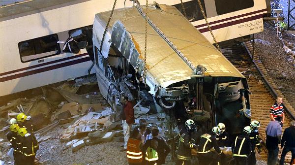 Els equips de rescat han continuat traient d'un en un els cadàvers dels vagons del tren i buscant amb llanternes més persones atrapades durant tota la nit.