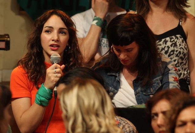 La actriz argentina Thelma Fardín (i) habla durante una rueda de prensa en Buenos Aires.