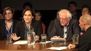 Ada Colau junto a Bernie Sanders.