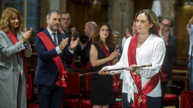 Ada Colau, que repite como alcaldesa de Barcelona, aplaudida por sus socios de gobierno del PSC.