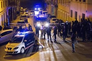 Agentes de los Mossos frente al domicilio donde se produjo el tiroteo, la noche de este lunes, en la calle de Nàpols de Terrassa.