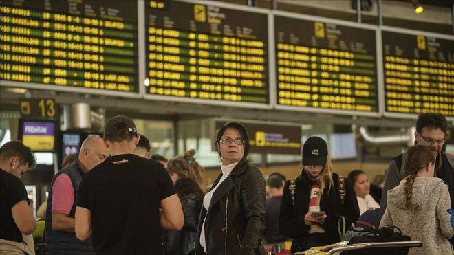 Aglomeración en el aeropuerto de Santa Cruz de Tenerife, este lunes.