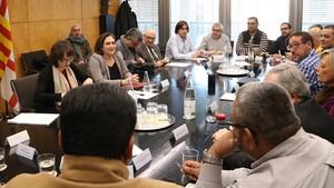 La alcaldesa de Barcelona reunida con los representantes del sector del taxi, esta mañana.