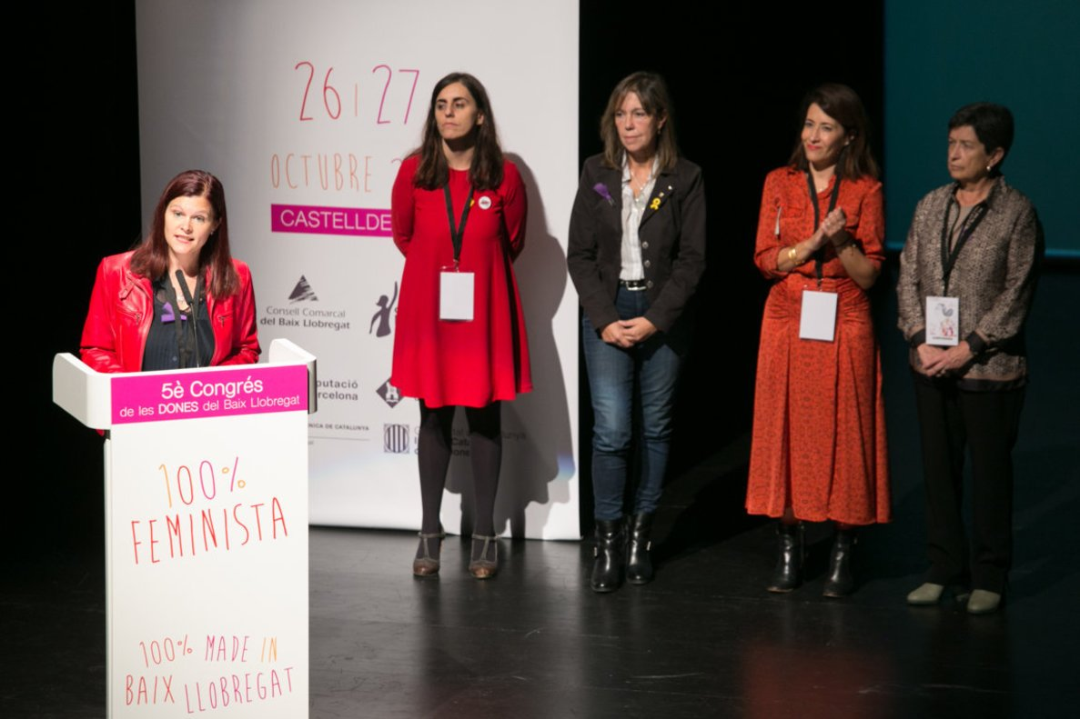 La alcaldesa de Castelldefels, Maria Miranda (micro), junto a Raquel Sánchez (Gavà) y otras representantes políticas en el 5º Congreso de Mujeres del Baix Llobregat
