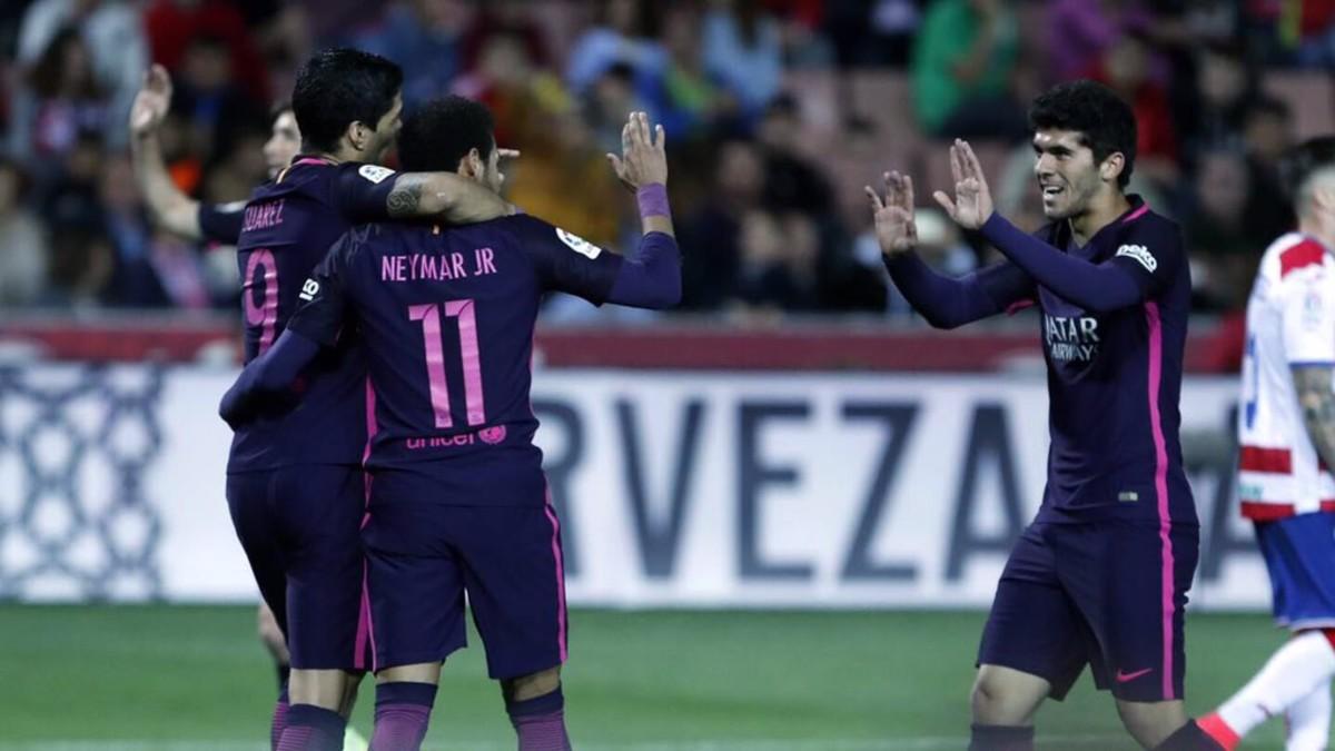 Aleñá celebra el último gol en Granada, el pasado domingo, con Neymar y Luis Suárez.