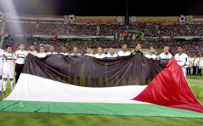 Jugadores palestinos muestran una bandera de su país durante un partido en Egipto, en el 2002.