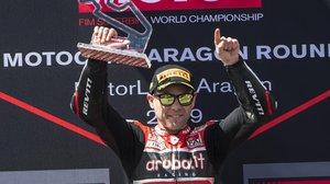 Álvaro Bautista celebra su tercera victoria consecutiva en el circuito de Motorland (Aragón).