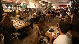 Ambiente en un restaurante de Barcelona, la noche del jueves.