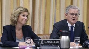 Ana María Martínez-Pina y Sebastián Albella,vicepresidentay presidente de la CNMV, en la Comisión de Economía del Congreso en el 2016.