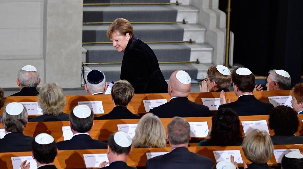Angela Merkel en la singagoga de Berlín.