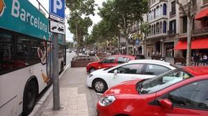 Aparcamiento para vehículos de 'carsharing' en el paseo de Gràcia de Barcelona.